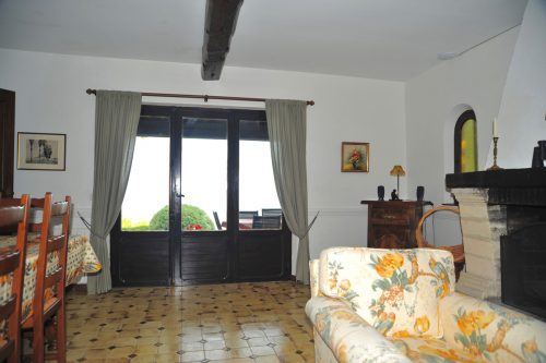 Villa-Rental-Provence-Mas-du-Chene-Livingroom-with-access-to-patio